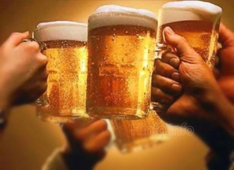 Пара кружек пива в сауне.