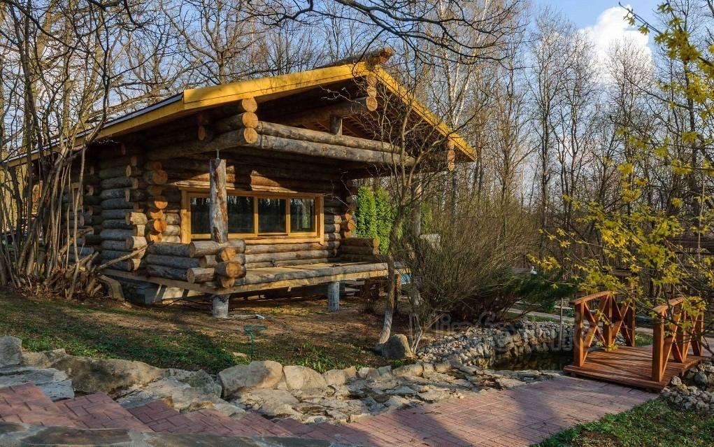 Классическая сауна на природе, домик в лесу.